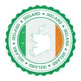 De kaart en de vlag van Ierland in uitstekende rubberzegel van Stock Foto's