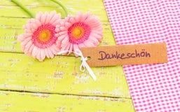 De kaart met roze bloemdecoratie en Duits woord, Dankeschoen, betekent dank royalty-vrije stock fotografie