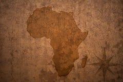 De kaart van Afrika op uitstekend barstdocument Stock Foto