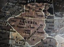 De kaart van Algerije op uitstekende barstdocument achtergrond Stock Foto