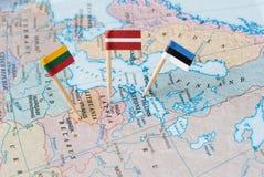 De kaart van Baltische staten met vlagspelden royalty-vrije stock afbeelding