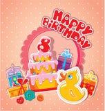 De kaart van de babyverjaardag met gele eend, grote cake en giftdozen Stock Foto
