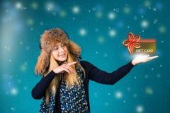 De kaart van de Cristmassgift De de wintervrouw richt het tonen van een giftkaart Royalty-vrije Stock Afbeelding