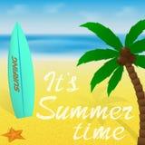 De kaart van de de vakantiegroet van de de zomertijd of banner met het van letters voorzien Palm, surfplank en zeester op een str Royalty-vrije Stock Foto