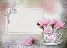 De kaart van de groet met bloemen op uitstekende achtergrond Stock Foto's