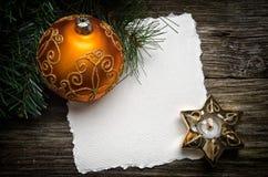 De kaart van de Groet van Kerstmis met gouden ornamenten royalty-vrije stock foto's