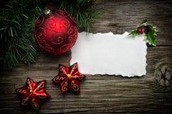 De kaart van de Groet van Kerstmis met gouden ornamenten royalty-vrije stock foto
