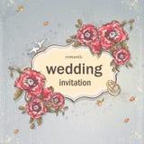 De kaart van de huwelijksuitnodiging voor uw tekst op een grijze achtergrond met papavers, Trouwringen en Duiven Stock Foto