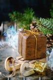 De kaart van de Kerstmisdecoratie met speelgoed en boom Stock Foto's