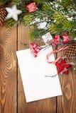De kaart van de Kerstmisgroet of fotokader over houten lijst met Sn Stock Foto