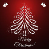 De Kaart van de Kerstmisgroet met Kerstmisboom en donkerrode achtergrond Stock Foto's