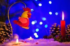 De kaart van de Kerstmisgroet met Kerstmisstuk speelgoed in de vorm van haan Royalty-vrije Stock Afbeelding