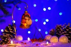 De kaart van de Kerstmisgroet met Kerstmisstuk speelgoed in de vorm van vogel Stock Foto