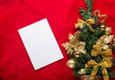 De kaart van de Kerstmisgroet met op een rode achtergrond Stock Fotografie