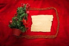De kaart van de Kerstmisgroet op een rode achtergrond Royalty-vrije Stock Afbeelding
