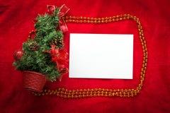 De kaart van de Kerstmisgroet op een rode achtergrond Royalty-vrije Stock Foto