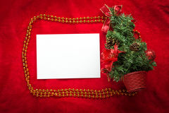 De kaart van de Kerstmisgroet op een rode achtergrond Royalty-vrije Stock Afbeeldingen