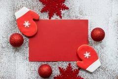 De kaart van de Kerstmisgroet in rood en wit kleurenconcept Royalty-vrije Stock Foto