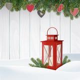 De kaart van de Kerstmisgroet, uitnodiging De winterscène, rode lantaarn met kaars, Kerstboomtakken, takjes Houten achtergrond Stock Afbeeldingen