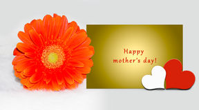 De kaart van de moeder` s dag met tekst op gele brief, kleurrijk Gerbera-madeliefje, harten stock illustratie