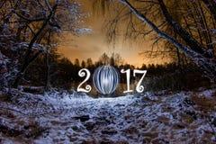 2017 de kaart van de nieuwjaargroet met nachtbos Stock Fotografie