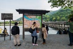 De kaart van de toeristeninformatie bij togetsu-Kyobrug in Arashiyama dist Stock Foto