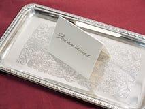 De kaart van de uitnodiging op overladen uitstekend zilveren dienblad Stock Foto