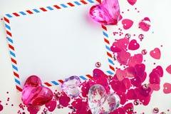 De kaart van de valentijnskaart met glasharten Stock Fotografie