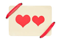 De kaart van de valentijnskaart met rood lint dat op wit wordt geïsoleerdz Stock Foto's