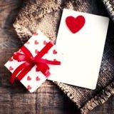 De Kaart van de valentijnskaartendag met giftdozen en harten, lege witte auto Stock Foto