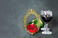 De kaart van de valentijnskaartendag: Twee rode glazen rode wijn, namen en uitstekend kader toe Royalty-vrije Stock Foto's