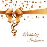 De kaart van de verjaardagsuitnodiging met gouden lint Royalty-vrije Stock Afbeelding