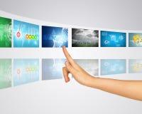 De kaart van de wereld De vinger drukt één van de virtuele schermen Stock Afbeelding