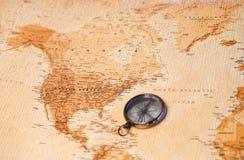De kaart van de wereld met kompas dat Noord-Amerika toont Stock Foto
