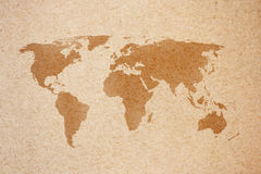 De kaart van de wereld op natuurlijk bruin gerecycleerd document Royalty-vrije Stock Fotografie
