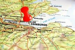 De kaart van Edinburgh met speld stock foto