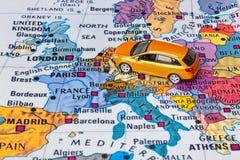 De kaart van Europa en autostuk speelgoed Stock Fotografie