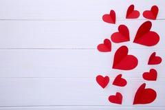 De Kaart van de Groet van de Dag van valentijnskaarten Handmaded rode harten op witte achtergrond royalty-vrije stock afbeeldingen