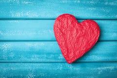 De Kaart van de Groet van de Dag van valentijnskaarten Rode vorm van hart op turkooise houten hoogste mening als achtergrond De r Royalty-vrije Stock Foto's