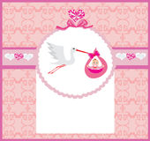 De Kaart van het babymeisje - een ooievaar die een leuk babymeisje leveren Stock Foto
