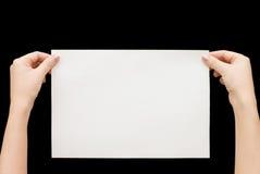 De kaart van het document in vrouwenhand op zwarte achtergrond Royalty-vrije Stock Afbeelding