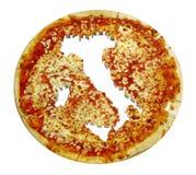 De kaart van het land van Italië op pizza wordt bebouwd die Royalty-vrije Stock Afbeeldingen