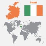 De kaart van Ierland op een wereldkaart met vlag en kaartwijzer Vector illustratie Stock Foto's