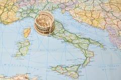 De kaart van Italië, miniatuurherinneringsstuk speelgoed Colosseum, Rome Royalty-vrije Stock Foto