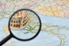 De kaart van Italië, miniatuurherinneringsstuk speelgoed Colosseum, Rome Stock Afbeelding
