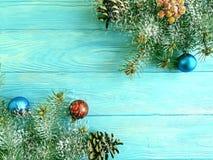 De kaart van de kerstboomtak op blauwe houten achtergrond, sneeuw royalty-vrije stock afbeeldingen