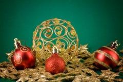 De kaart van Kerstmis met sterren en bollen Stock Foto's