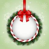 De kaart van de Kerstmisgroet met Kerstmiskroon en rood lint Stock Foto