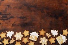 De kaart van de Kerstmisgroet met peperkoekkoekjes op houten achtergrond Hoogste mening met ruimte voor uw groeten Vlak leg stock fotografie