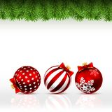 De kaart van de Kerstmisgroet met pijnboomtakken en drie rode ballen vector illustratie